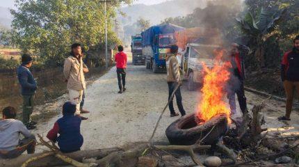 कटारी-घुर्मी सडक खण्ड धुलाम्मे भएपछि स्थानियद्धारा यातायात अवरुद्ध