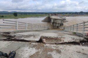 त्रियुगा नदीको सिवाई पुल बगायो