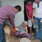 बैंक आउन नसक्ने वृद्ध वृद्धालाई त्रियुगा नगरपालिकाद्वारा घरमै भत्ता